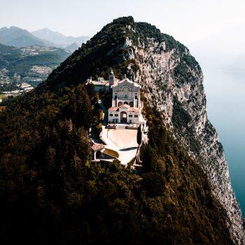 Il Santuario di Montecastello, Gardameer, Italië.